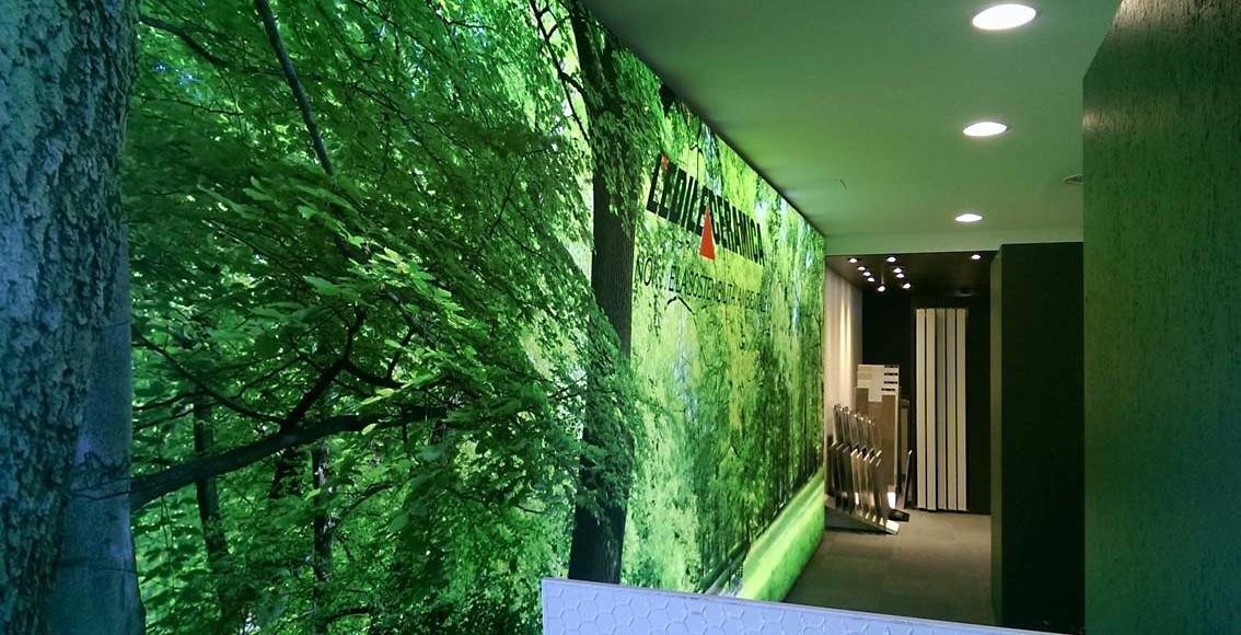 Un mega Lightbox led con grafica in tessuto fa risplendere la show room